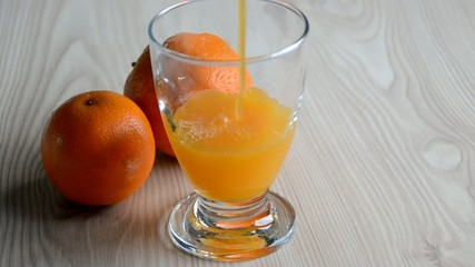 Llenando un vaso de zumo de naranja