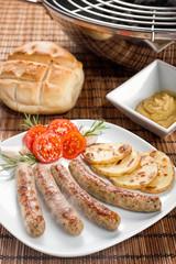 Salsicce di norimberga su piatto con con patate