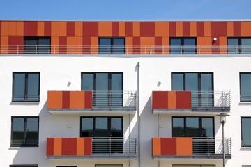 Neubaufassade mit farbigen Elementen