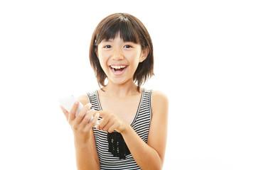 スマートホンで会話を楽しむ女の子