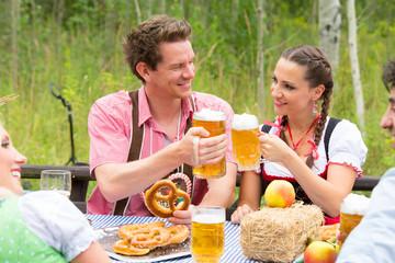 pärchen beim oktoberfest biergarten