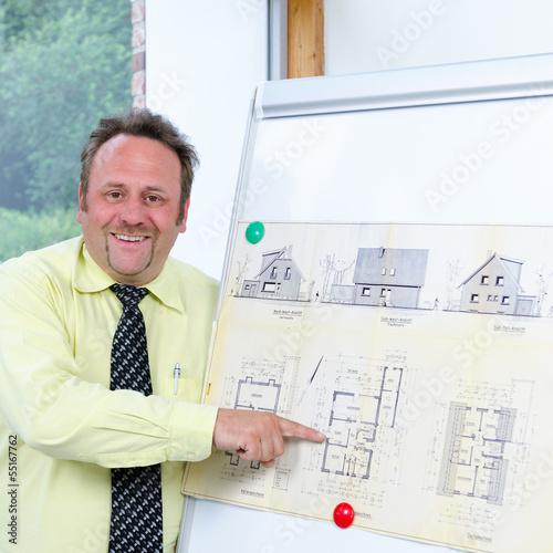 architekt hält eine präsentation