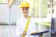 junge Frau überprüft Baustelle