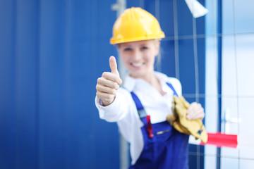 glückliche Bauarbeiterin