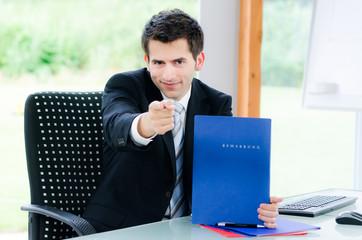 businessmann motiviert zu bewerbungen