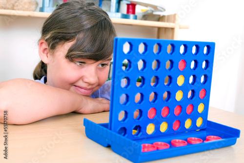 Mädchen spielt vier gewinnt
