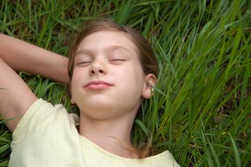 Kind liegt auf einer Wiese