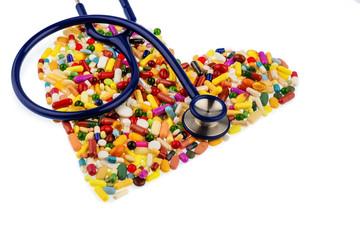 Stethoskop und Pillen in Herzform