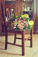 bouquet di fiori su sedia