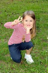 Bambina in ginocchio al parco