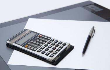 strumenti ufficio - tavoletta grafica, penna, calcolatrice