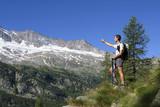 alpinista indica direzione