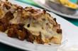 Kalbsmedaillons auf Toast, mit Käse überbacken