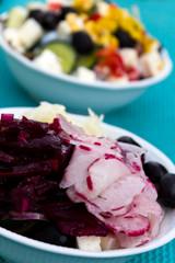 Salat mit roter Beete, Oliven, Radieschen