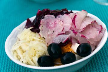 Gemischter Salat mit Roter Beete, Kraut und Oliven