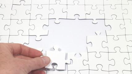 ein Puzzle wird zusammengesetzt