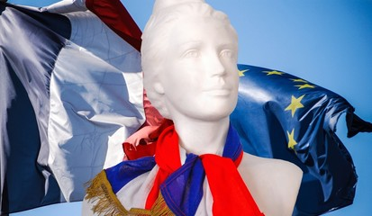 Marianne et les drapeaux Français et Européen.