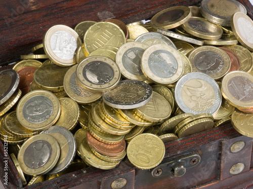 Euro-Münzen in einer hölzernen Truhe