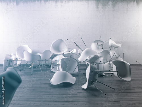 Stuhl durcheinander Sichtbeton Wand