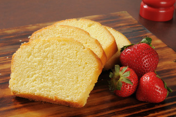 Pound cake and strawberries