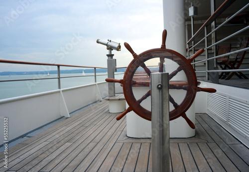 Leinwanddruck Bild Steuerrad und Fernrohr auf Schiff