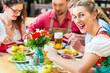 Leute imit Tracht in Restauran in Bayern