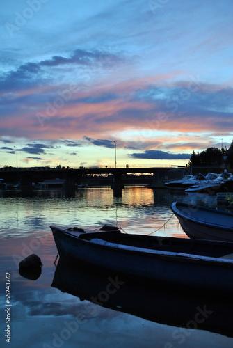 łódka na jeziorze o zachodzie słóńca - 55243762