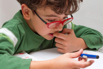 Bambino che fà i compiti