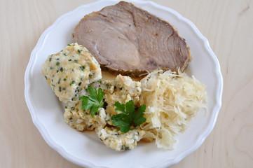 Schweinebraten mit Knödel und Sauerkraut