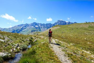 Escursione in montagna lungo un ruscello