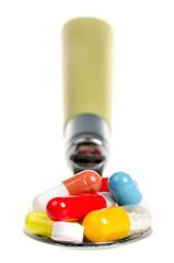 Tabletten und Pillen auf einem Löffel