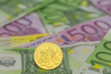 Goldmünzen auf Banknoten
