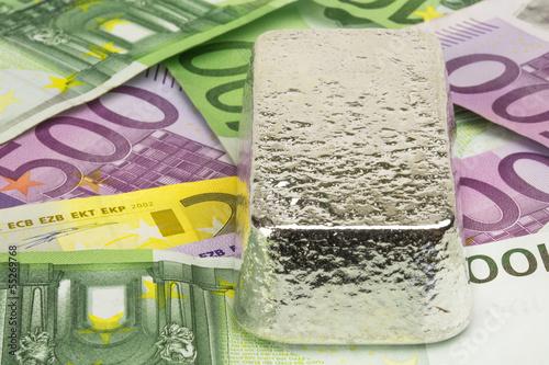 Silberbarren auf Banknoten