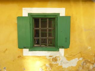 Grünes Fenster in gelben Haus