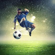 Fußballspieler Schlagen des Balles