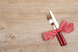 Fototapety Rustikaler Tisch aus Holz mit Messer und Gabel in rot