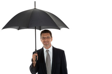 erwachsener attraktiver geschäftsmann mit schwarzem regenschirm