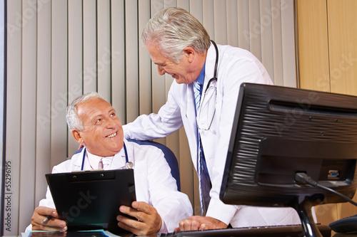 Zwei Ärzte im Büro