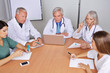 Team von Ärzten bei Besprechung
