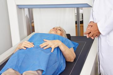 Seniorin liegt unter DXA zur Knochendichtemessung