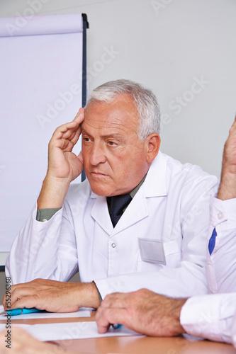 Nachdenklicher Arzt im Meeting
