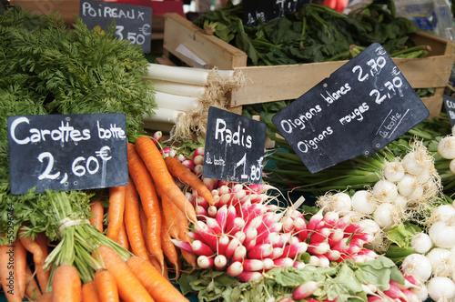Keuken foto achterwand Boodschappen au marché : carottes radis oignons et poireaux 2