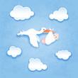 Storch mit Baby vor Himmel Hintergrund