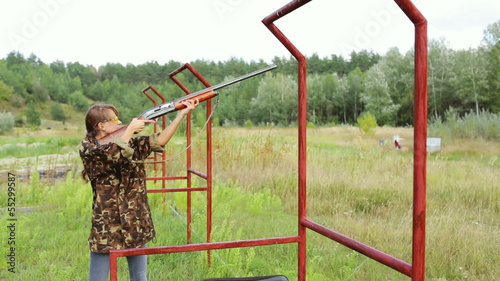 Bench shooting on plates. Girl shoots on plates