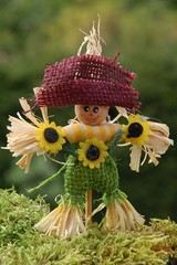 Lustige Vogelscheuche mit Sonnenblumen