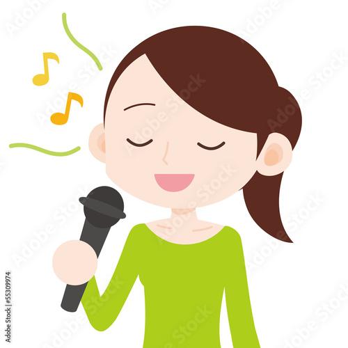 女性 上半身 カラオケで歌う