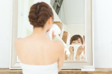 洗顔する若い女性