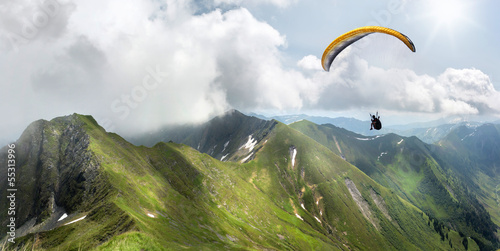 Papiers peints Alpinisme Paraglider in the Mountains