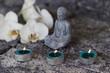 Buddhafigur mit Teelichtern