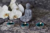 Fototapety Buddhafigur mit Teelichtern